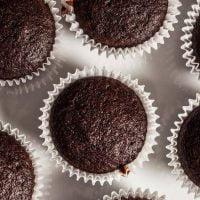 طرز تهیه کاپ کیک شکلاتی با مغز شکلات