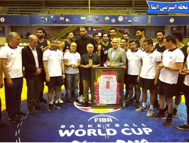 اهدای پیراهن شماره ۶ تیم ملی به پرویز پرستویی