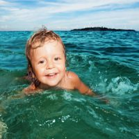 آیا آب شور دریا و کلر برای چشمان مضر است؟